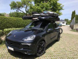Porsche Cayenne Dachboxen Porsche Malibu Dachbox mit Surfboardhalter auf dem Deckel
