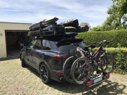 Porsche Cayenne Kundenbilder Malibu Dachbox mit Surfboardhalter auf dem Deckel