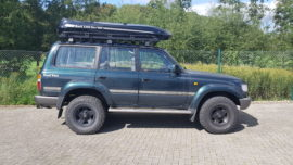 Toyota Land Cruiser Dachbox Toyota Malibu roof box with surfboard rack on the cover